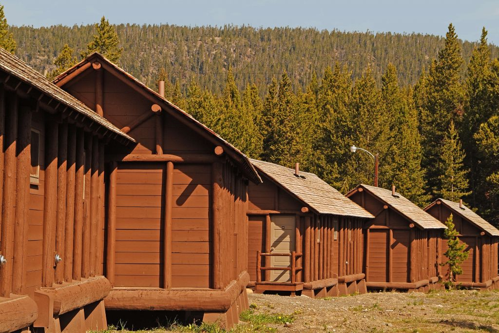 Lake Lodge and Cabins exterior.